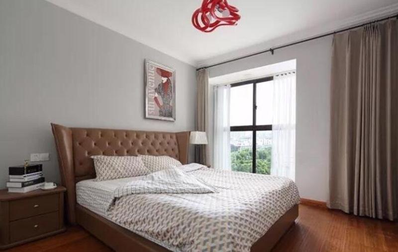 本案例为现代简约风格,大量的运用木质元素和墙纸。使整个空间带有别样的风情。原木颜色的家具配上清爽的装饰物,和谐的节奏令人感到无比的轻松,充分营造出一个典雅、宁静的度假休闲空间。