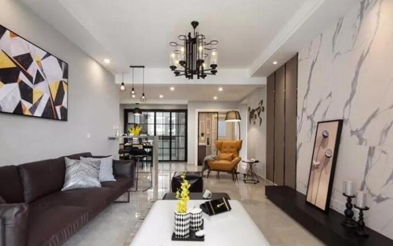 这样从视觉上显得挺会更大,以为本身厅是比较小,沙发的后面采用了深色壁纸,会显得比较大气,更有张力,电视墙那面色调以暖色调为主,细致清新。