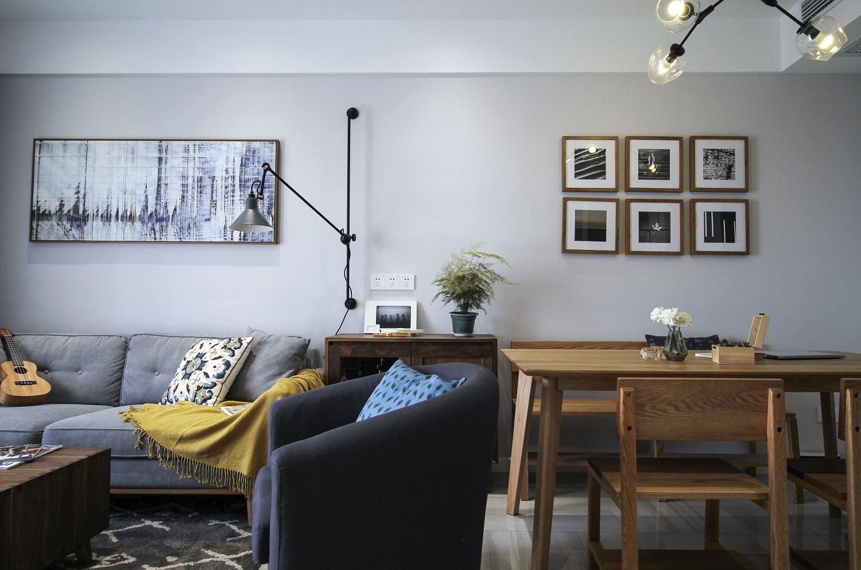客厅胡桃木家具,浅灰色乳胶漆搭配不同的绿植,让客厅充满春暖花开的气息 折叠的摇摆壁灯方便沙发阅读 大幅的沙发北京话与小幅餐厅组合化在同一面墙上不会显得呆板