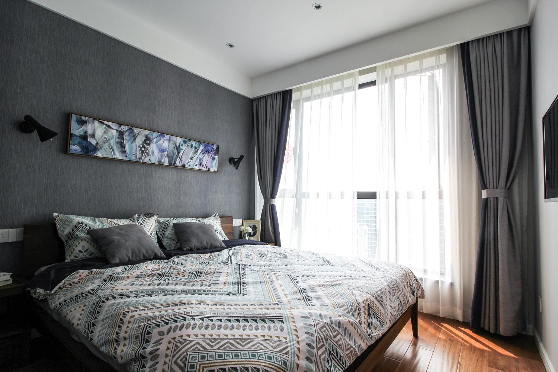 主卧灰色墙纸,胡桃木的家具以及黑白格子的移门都很耐看,床品有北欧风气息