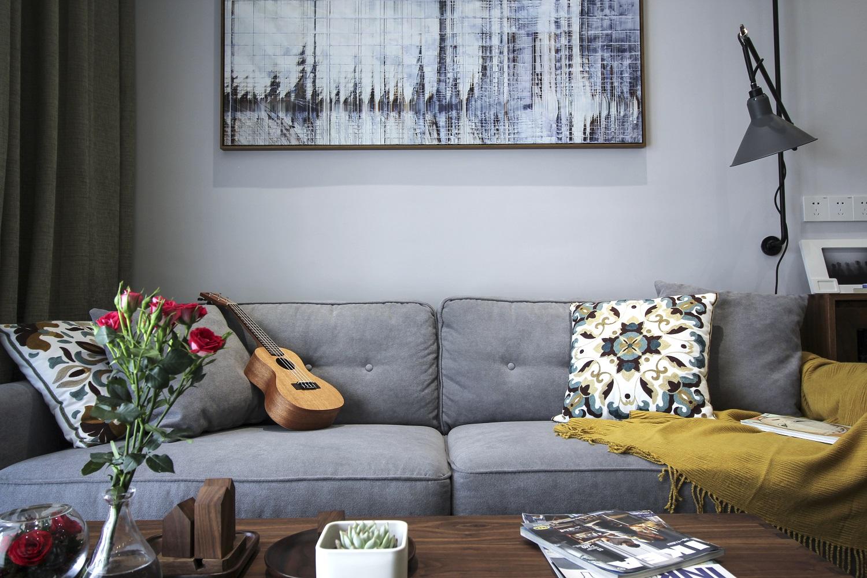 沙发背景,我们采用了油画布质感的定制壁纸、走廊尽头挂上了一副大尺寸的抽象画等等