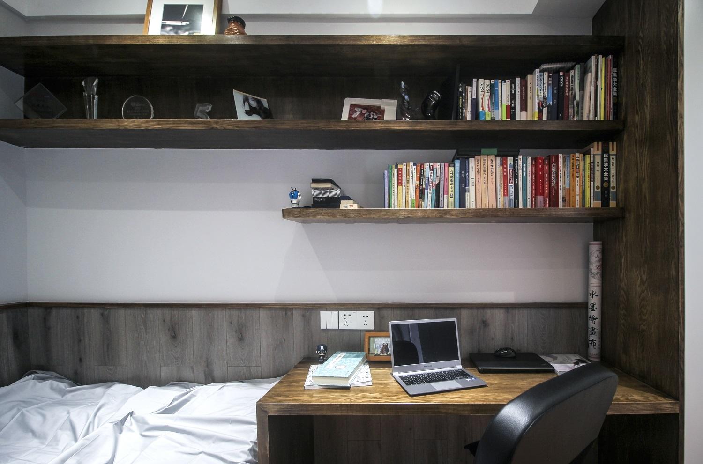 榻米兼书房整体设计可以当做客人偶尔过来居住的房间,一可以作为平时的休闲书房使用。榻榻米侧面墙以及书桌下方的强化地板可以防止墙面被弄脏,很人性化的设计。书桌及柜子采用的是水曲柳饰面套色的工艺