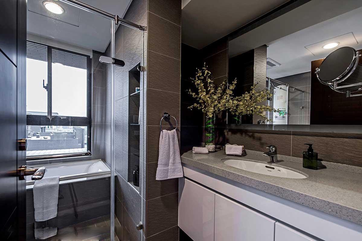 设计理念,本案在风格的营造上,客厅简洁的线条与纯净的色彩, 是这个家居空间给我们的视觉感受。当繁杂与喧嚣充斥在周遭的时候,这样的一个明朗素雅的环境或许能给我们带来一种情感的愉悦。