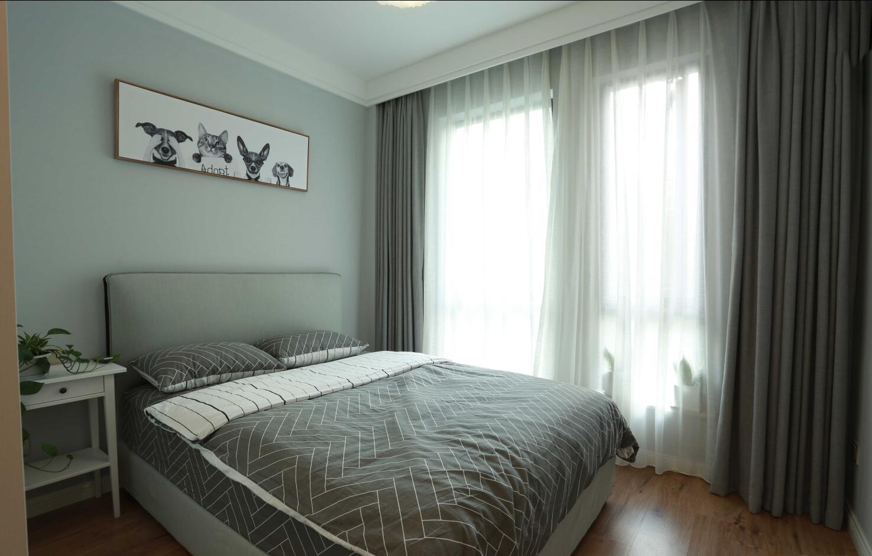 装修设计—(设计预约:182-9186-6197)业主是一对小夫妻,舒适安静的生活是他们所向往的,设计师根据业主的需求,见面沟通后,最终确定为简约、舒适的北欧风格。小夫妻都喜欢北欧风,喜欢回到家那种轻松的感觉、所以委托设计师将整个空间打造的舒适自然。浅咖与原木,浅咖与暖黄,一切都是暖暖的。树枝形玻璃泡泡球客厅灯,搭配两盏吊灯,加上旁边垂下来的圆桶灯,时尚感爆棚。客厅没有太多的繁琐装饰,最终形成了独具特色的北欧风格。它代表了一种回归自然的时尚美。业主不喜欢繁杂的东西,这也体现在电视墙上。把注重舒适度体验感放在首位,灰咖的电视背景墙加上三盏射灯,一场小确型的短剧也能看装修设计—(出文艺大片的感觉。