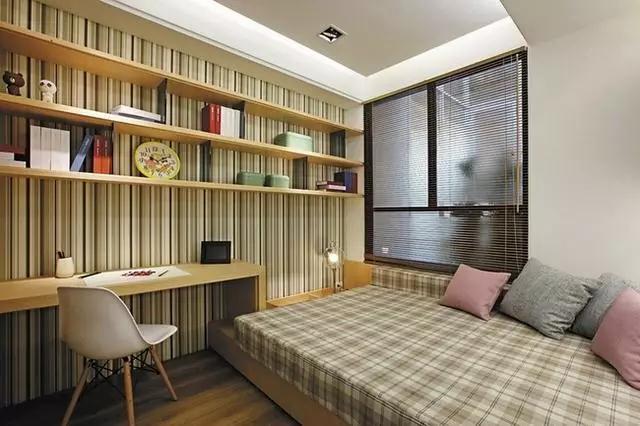 次卧的设计相对热闹了很多,榻榻米式的床给人慵懒、随意之感,依墙打造的置物架上各式装饰品丰富,十分热闹。