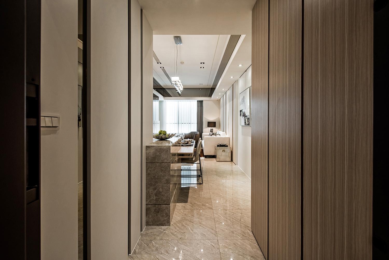 本案通过地面材料、吊顶、家居、墙面装饰和灯光来表现不同空间的划分体现整个空间的灵活性与兼容性。本设计从选材上不再局限于石材、木材、面砖等天然材料,而是将选择的范围扩大到肌理壁纸