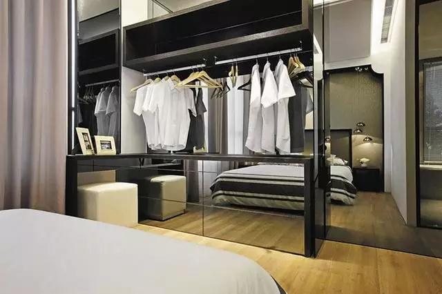 为了节省空间更是将卧室与衣帽间结合起来,各式的男士衬衫井然有序,可以看出业主一丝不苟的生活态度。遇见更美的自己