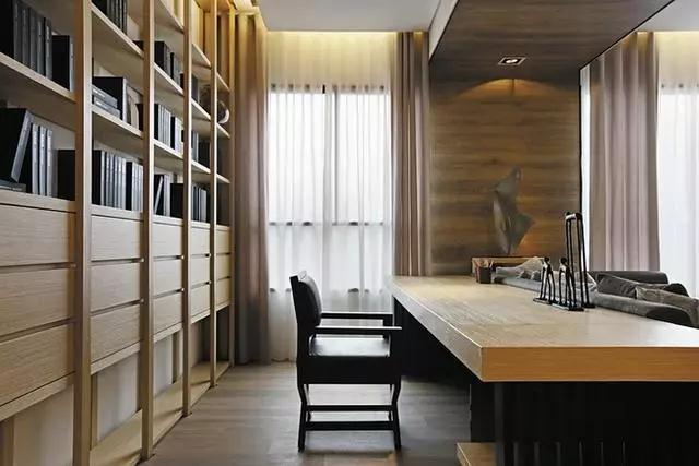 书桌后面依墙打造的原木框架的书架柔和的色调给人视觉上的舒适感,摆放整齐的各类书籍透露出业主可能是一位饱读诗书,博学多才的知识分子。
