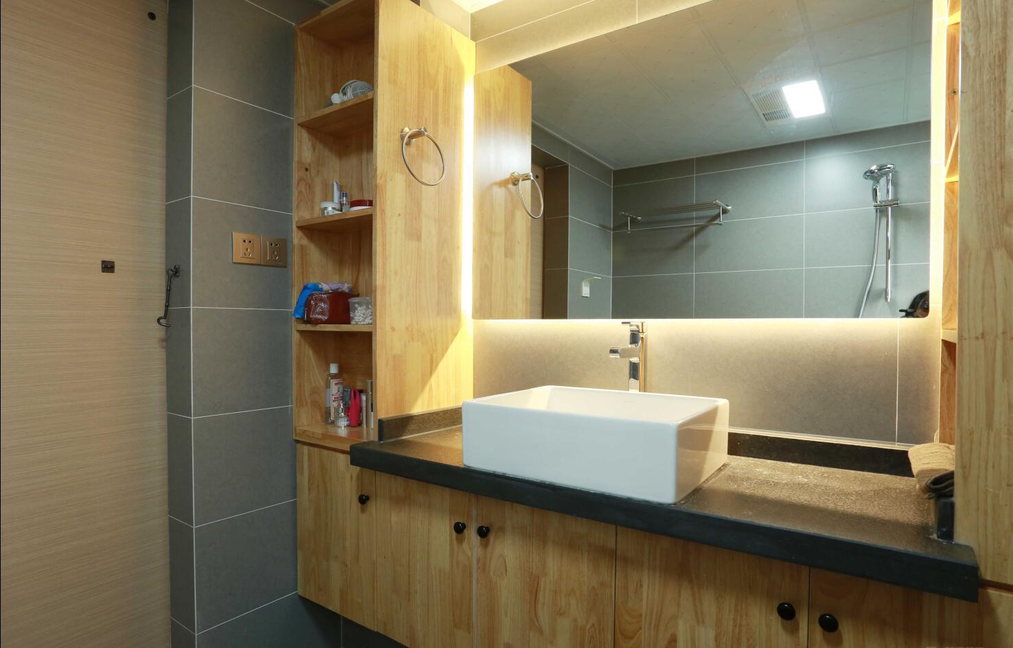 装修设计—(设计预约:182-9186-6197)业主是一对小夫妻,舒适安静的生活是他们所向往的,设计师根据业主的需求,见面沟通后,最终确定为简约、舒适的北欧风格。小夫妻都喜欢北欧风,喜欢回到家那种轻松的感觉、所以委托设计师将整个空间打造的舒适自然。浅咖与原木,浅咖与暖黄,一切都是暖暖的。树枝形玻璃泡泡球客厅灯,搭配两盏吊灯,加上旁边垂下来的圆桶灯,时尚感爆棚。客厅没有太多的繁琐装饰,最终形成了独具特色的北欧风格。它代表了一种回归自然的时尚美。业主不喜欢繁杂的东西,这也体现在电视墙上。把注重舒适度体验感放在首位,灰咖的电视背景墙加上三盏射灯,一场小确型的短剧也能看出文艺大片的感觉。装修设计—(