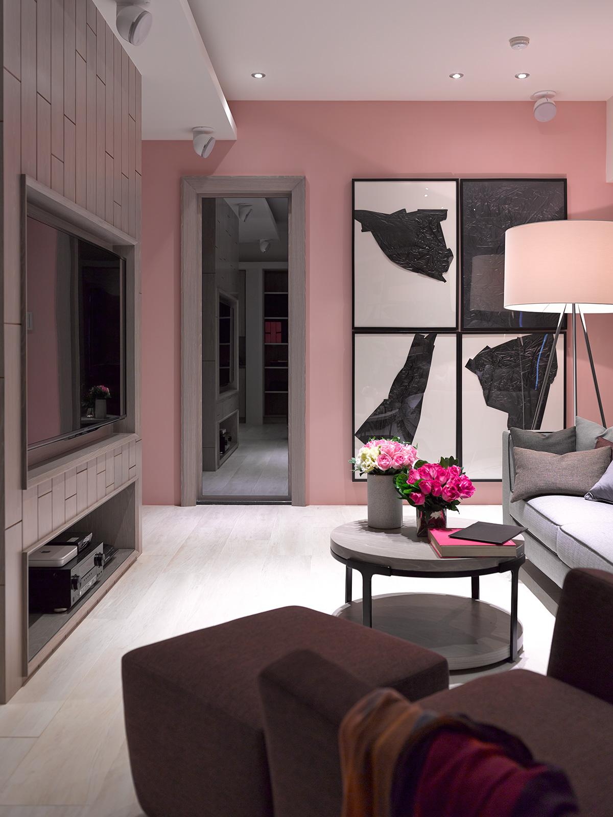 家,不用很奢华,却一定是最舒适、最能令人放松身心的所在。家没有固定的模式,随着季节和时间的变化,都会略有不同,因此空间中要有留白,换个角度会发现,原来生活可以大不同,家就是这样一个地方。本案整体格局小有调整,增加一些独立收纳空间!墙面无任何装饰,通过局部吊顶划分功能空间!米黄色沙发椅应和着空间的主色调,深色墙板的点缀让空间带着时尚感。书房长形方桌可以满足两个人一起看书,层板可以放装饰品,让空间不因此而单调!主卧十分淡雅,这里没有多余的色彩、布置和家具,没有喧嚣与繁冗,一派宁静悠远
