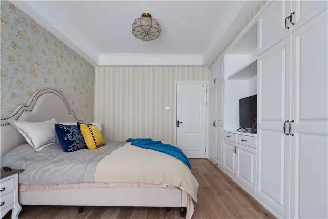 床头背景墙意外的墙面贴得是竖纹壁纸,让空间的层次感更加丰富;