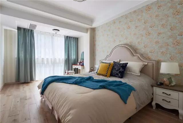 床尾的大面积衣柜,提供了丰富的收纳储物空间;