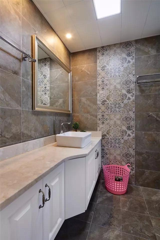 卫生间地面墙面以水泥质感的工业风砖,结合一排花砖,显得更是大胆年轻的复古风气息;