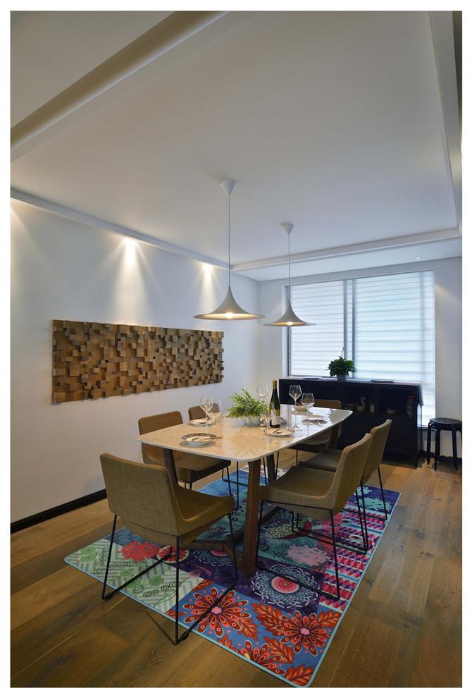 餐厅背景墙非常独特,原木餐桌,在柔和灯光照射下营造一个轻松愉快的用餐环境。