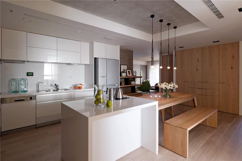 白色橱柜与原木色地板、餐桌和谐统一。