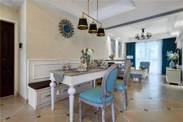 整个地面都采用复古砖铺贴,结合两张复古调的餐椅,整体显得充满了精致的艺术气息;
