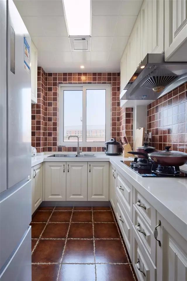 厨房U字形的布局,小巧而又实用的布局,在暖色墙面地砖的搭配下,呈现出一个惬意舒适的空间氛围;