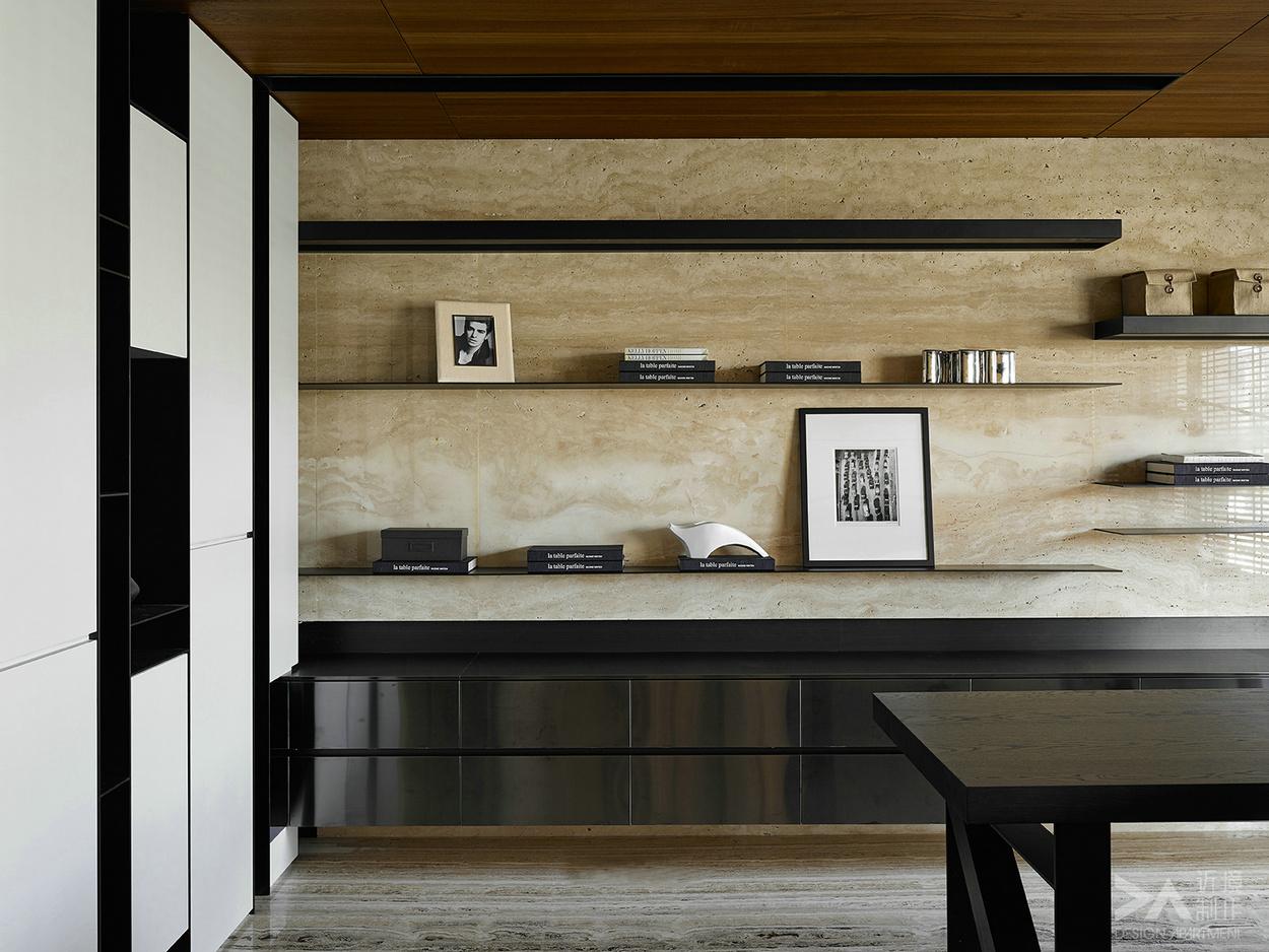 现代简约风格,顾名思义,就是让所有的细节看上去都是非常简洁的。装修中极简便是让空间看上去非常简洁,大气。装饰的部位要少,但是在颜色和布局上,在装修材料的选择配搭上需要费很大的劲,这是一种境界,不是普通设计师能够设计出来的。无疑,现代简约风格的装修风格迎合了年轻人的喜爱,都市忙碌生活,早已经让我们烦腻了花天酒地,灯红酒绿,我们更喜欢的一个安静,祥和,看上去明朗宽敞舒适的家,来消除工作的疲惫,忘却都市的喧闹。
