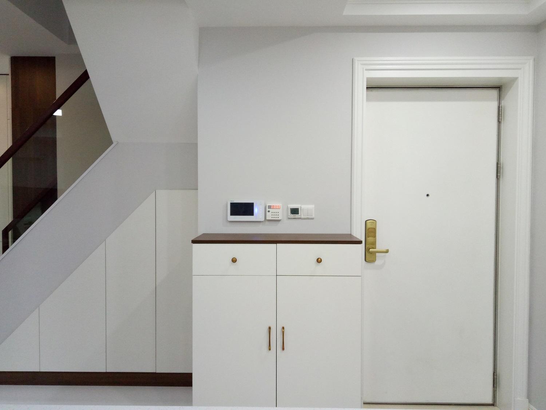 1楼进门区域,以白色为主色调,配合深木色,简洁的造型、完美的细节,营造出时尚前卫的感觉。