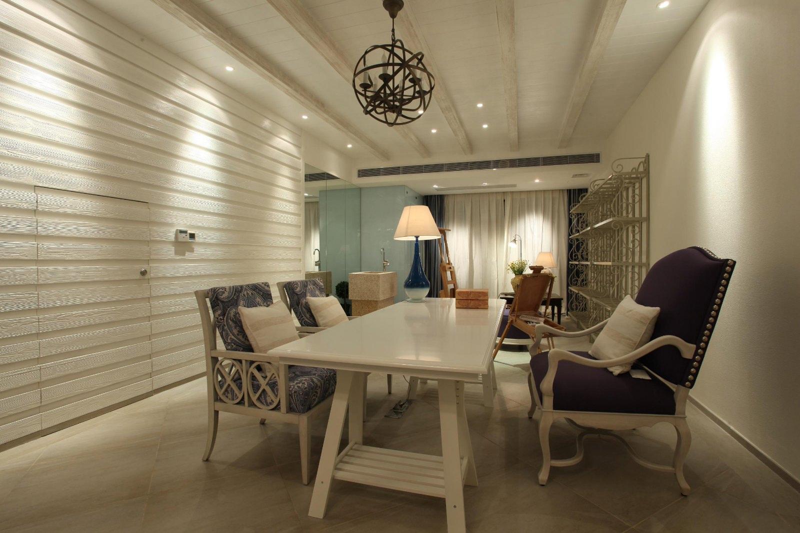 """地中海风格的设计在业界很受关注地中海周边国家众多,民风各异,但是独特的气候特征还是让各国的地中海风格呈现出一些一致的特点。通常,""""地中海风格""""的家居,会采用这么几种设计元素:白灰泥墙、连续的拱廊与拱门,陶砖、海蓝色的屋瓦和门窗。当然,设计元素不能简单拼凑,必须有贯穿其中的风格灵魂。地中海风格的灵魂,目前比较一致的看法就是""""蔚蓝色的浪漫情怀,海天一色、艳阳高照的纯美自然""""。"""