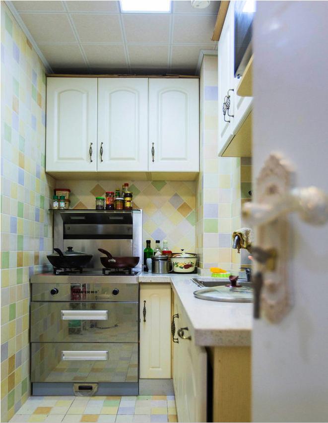 厨房彩色的格子拼砖,充满生活情趣