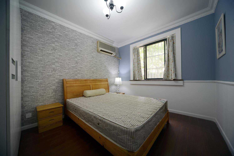 简单的吊顶和蓝白相间的色彩感觉让整个空间看起来舒适而又简单