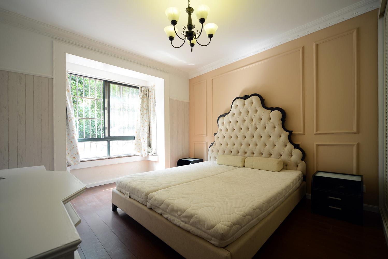 主卧的欧式大床搭配暖粉色护墙板造型