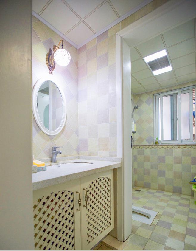 白色系的洗手台搭配古典圆镜