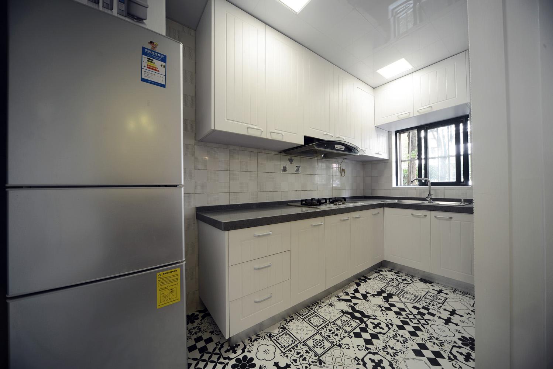 极具特色的黑白拼花地砖转移了厨房狭小的缺陷。