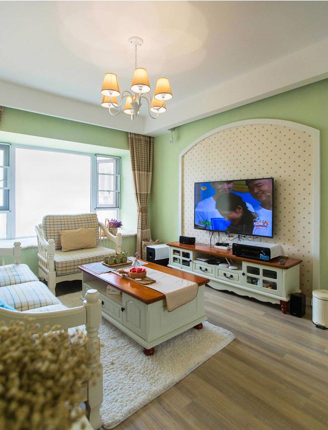 门廊式弧形轮廓造型搭配充满波点墙纸让呆板的电视墙有了萌萌的气质。