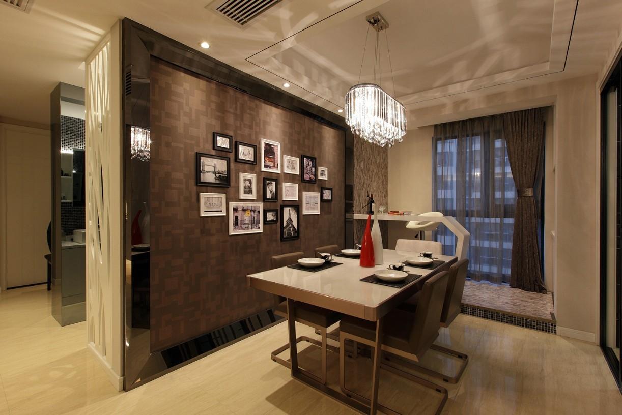 墙面装饰后挂上照片,布置成了温馨的一面