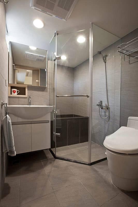 利用局部挖空的墙壁厚度增设浴柜