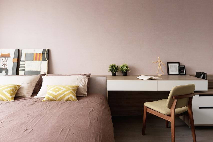 浅粉色的墙壁让次卧变的温柔,床头柜直接安装成书桌,整齐干净的书桌线条,在有限的空间里尽可能的完成了功能最大化。