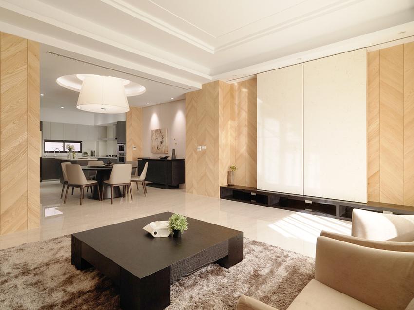 映入眼帘的原木色和白色带来了足够的明亮,黑色桌子和柜子对整体色调起到了调和作用, 茶几下的灰色地毯带来了高级感。