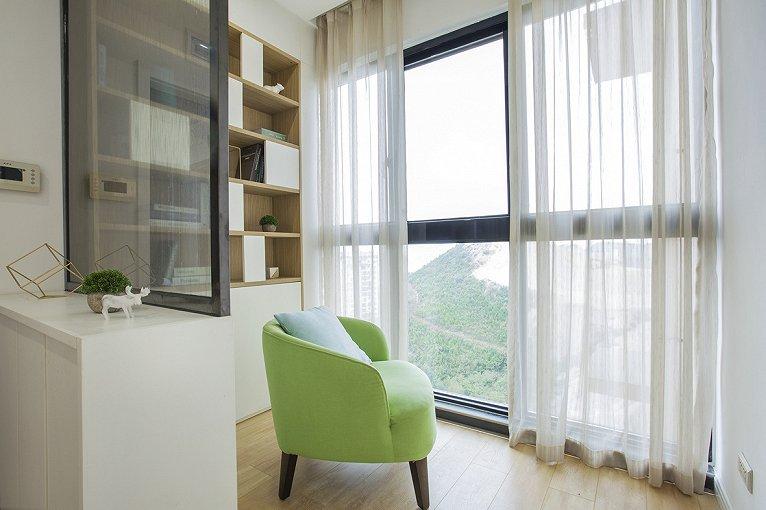 在建筑室内设计方面,就是室内的顶、墙、地三个面,完全不用纹样和图案装饰,只用线条、色块来区分点缀。在家具设计方面,就产生了完全不使用雕花、纹饰的北欧家具,实际上的家具产品也是形式多样。如果说它们有什么共同点的话那一定是简洁、直接、功能化且贴近自然,一份宁静的北欧风情,绝非是蛊惑人心的虚华设计