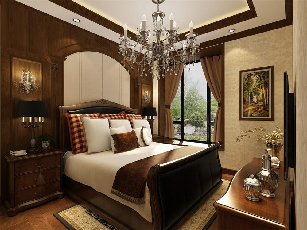 主卧的采用浅黄色壁纸,床头背景墙为美式实木造型墙,并配有壁灯,地面为强化复合地板。