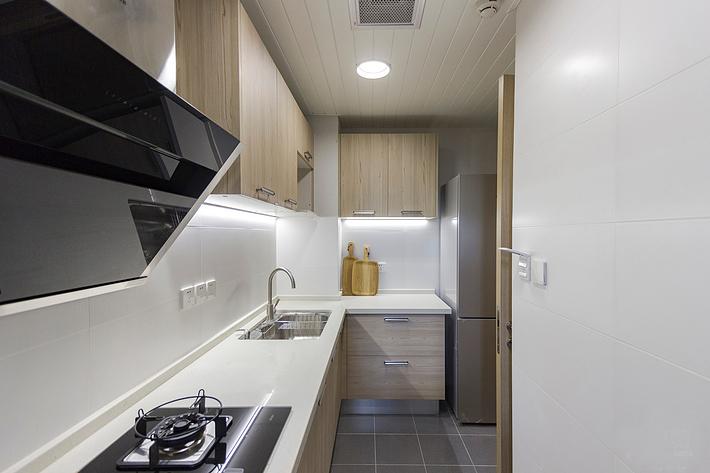 厨房简单大方,原木色的橱柜贴近自然的生活气息,与客厅日系的混搭风格相呼应,整体设计舒适随意,做料理也是一件值得享受的事。