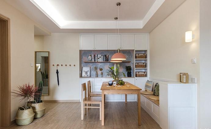 餐厅温馨可爱,底部的柜子做餐桌椅,节省空间储藏大量的物件,一整面的柜体中间,空出,做隔板放装饰品,紫粉色的墙纸搭配桃红色的灯罩增加了生活的趣味。