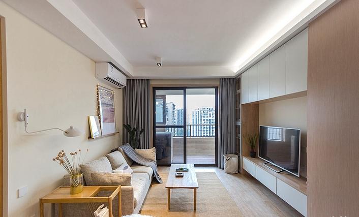 客厅面积不大,但小众聚会是没什么问题的,电视柜和顶部的吊柜能储藏大量的物件,米色的地毯给人柔软舒适的感觉。