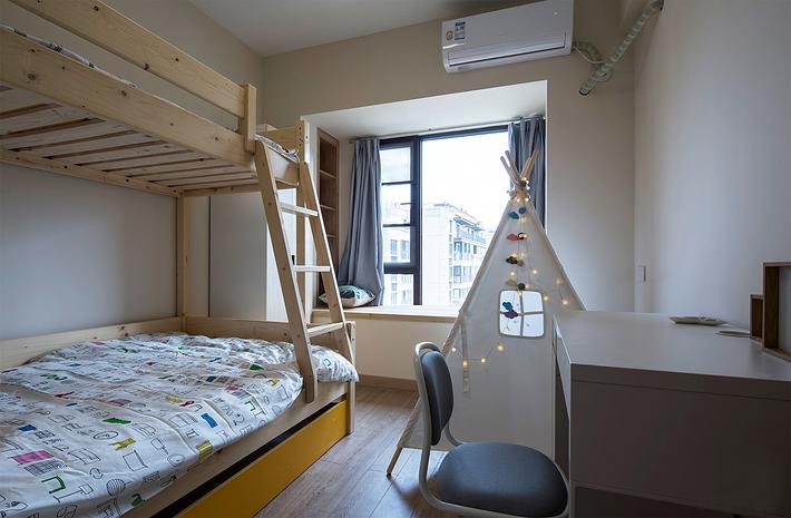 上下铺在这个小卧室里正好实用,孩子们能促进彼此的感情,小小的帐篷适合孩子们嬉戏玩耍,在自己的小天地里交换秘密,在飘窗边上分享自己的玩具,欣赏夜空的繁星,和谐美好。