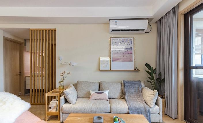 沙发背景墙设计了隔板放上两幅小清新的装饰画,不喜欢也可以换成其他绿植之类的装饰物,随心情而定,浅灰色的粗布的沙发相当有日式的味道,平凡简单。