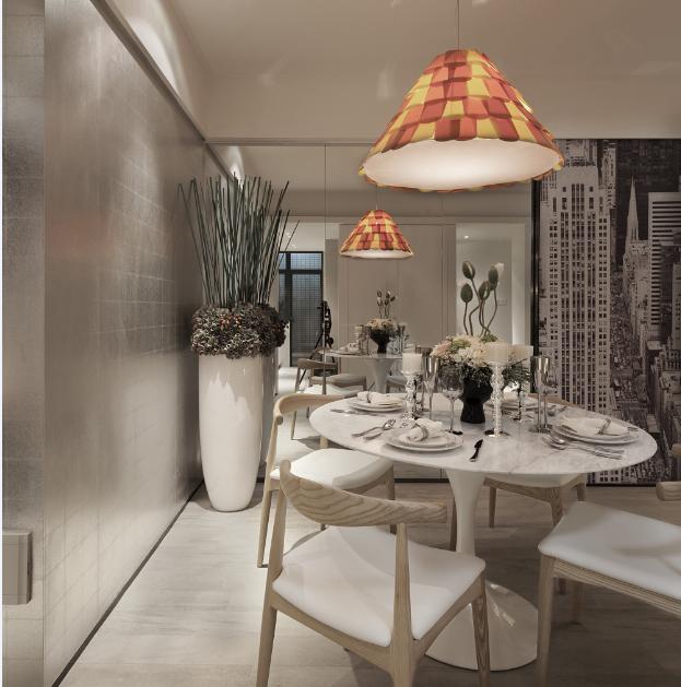 为了扩大空间视野,镜面墙是最好的装饰,一盏喇叭造型的吊灯吸引了视线,对应着白色的小圆桌,桌上的插花,让生活也多了一份美好。