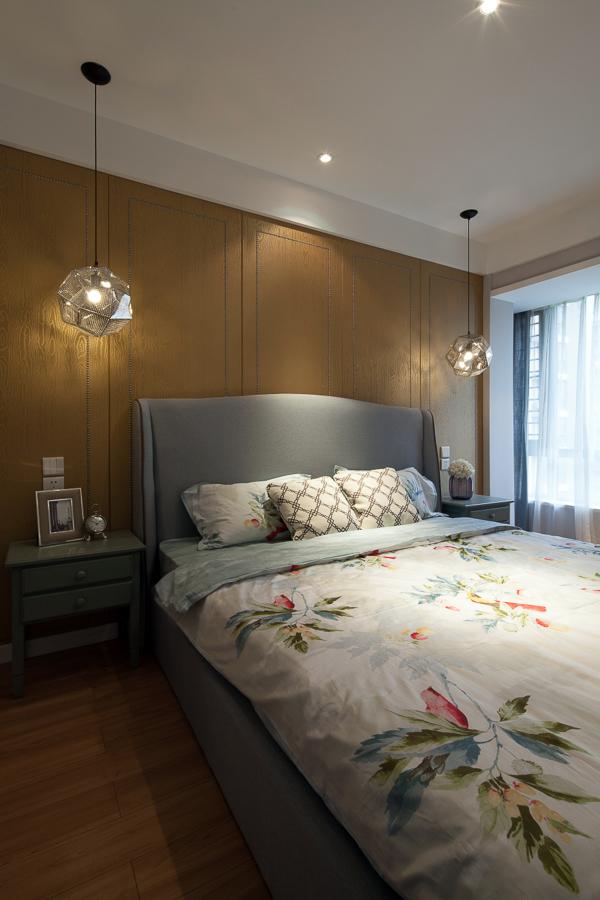 淡纹的木质背板以及复合地板已经成为空间奠定了风格基础,软架床身很舒服的触感,低调暗弱的灯光,让睡眠变得更好。