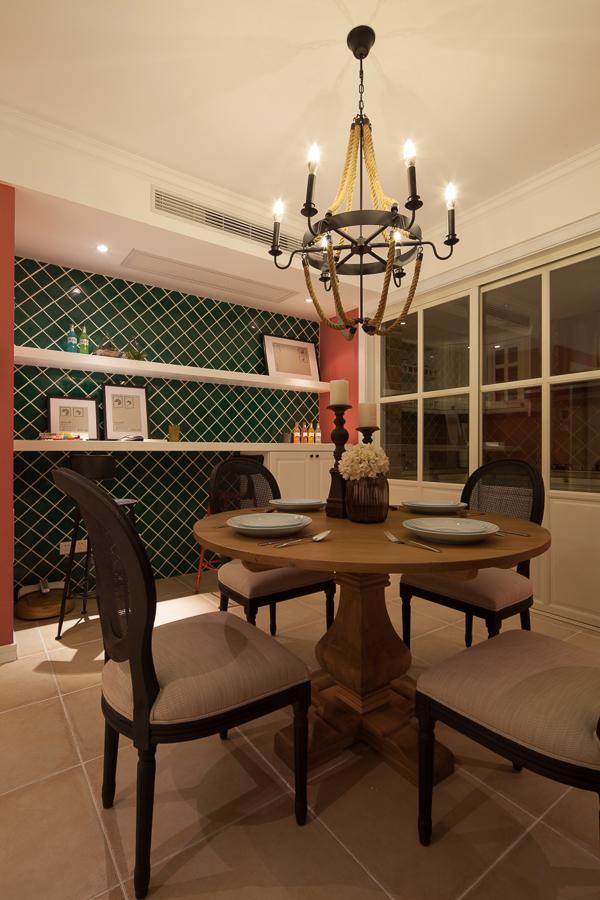 小众的餐厅,吃的就是一种氛围和情调,圣诞的配色再加上复古的家具、精美的装饰品,让每一天都像是在过节。