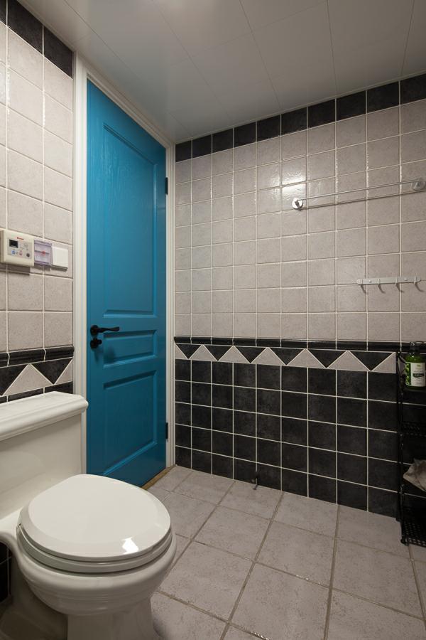 黑白两色的瓷砖可以做出无限种的造型设计,让空间顿时变得有灵气不死板,蓝色的门也打破了大众理念,改变创新设计大胆有趣。