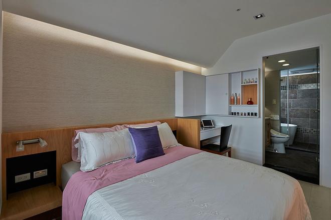 次卧功能全面,还特意设置了一个卫生间在屋内,方便夜晚的使用。粗布背景让这个空间更加融洽,搭配合理。
