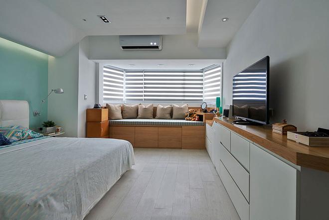 卧室宽敞明亮,阳台做飘窗榻榻米,整面的窗户透进大量的阳光,百叶帘的遮挡以至于阳光不刺眼,在明亮的早晨睁眼,是恬静柔和的房间,让人舒心安心。
