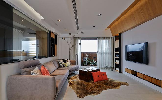 客厅整体配色偏暖色调,浅棕色暖橘色,木质的棕黄色,配上暖黄色的射灯,窗外的光线透过窗帘射进屋内,米白色的木地板反射柔和的光线,让温馨的客厅更加温润。