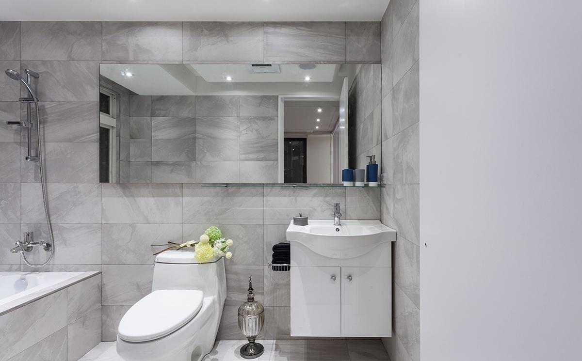 卫生间空间宽敞,还设有浴缸,在冬日给人带来温暖舒适,大面积的镜面符合业主的要求,空间更具现代感,空间感强。洗手台体积小,节省空间,空间不会过于拥挤。