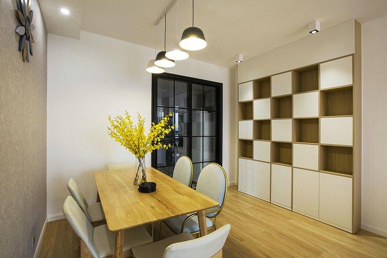 在建筑室内设计方面,就是室内的顶、墙、地三个面,完全不用纹样和图案装饰,只用线条、色块来区分点缀。在家具设计方面,就产生了完全不使用雕花、纹饰的北欧家具,实际上的家具产品也是形式多样。如果说它们有什么共同点的话那一定是简洁、直接、功能化且贴近自然,一份宁静的北欧风情,绝非是蛊惑人心的虚华设计。